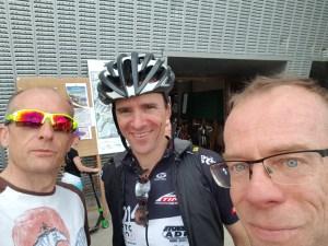 Avec JC et Philippe devant le palais des Sports qui sont venus nous soutenir !