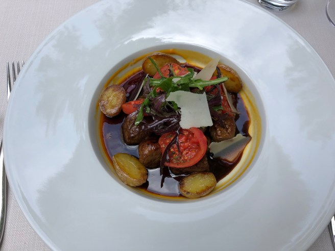 Beef fillet cubes with Balsamico, fried potatoes, tomatoes, rocket