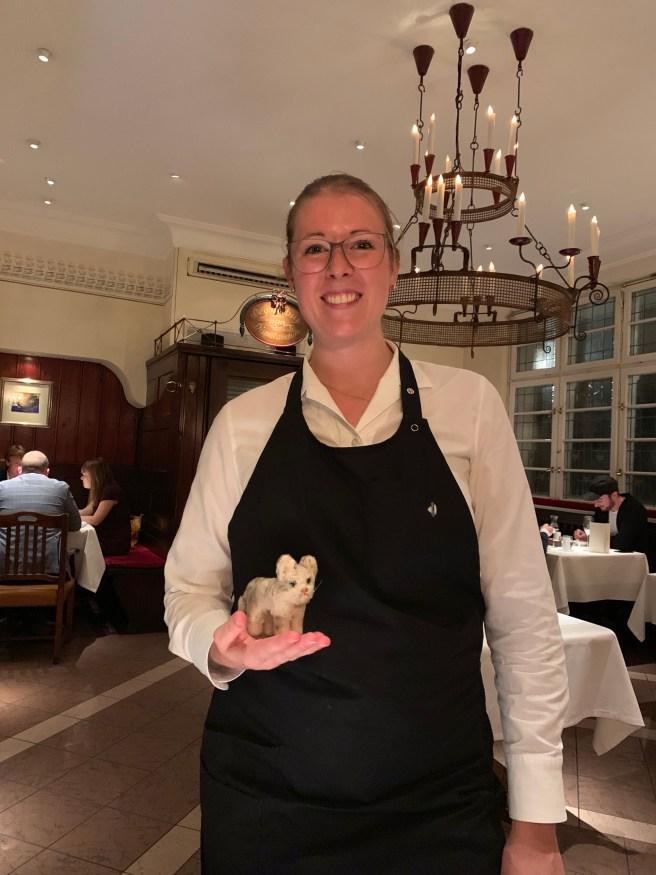 waitress na dFrankkie