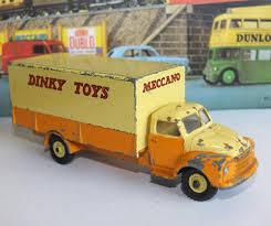 La vente aux enchères compte-t-elle des modèles de Dinky Toys rares ?