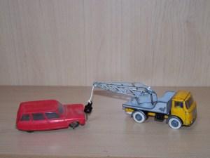 Jouer ensemble aux voitures miniatures Dinky Toys