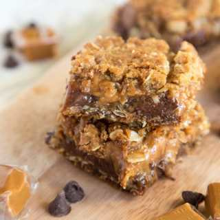 Caramelitas - An easy bar cookie with a buttery oatmeal cookie base and filled with chocolate and gooey caramel.