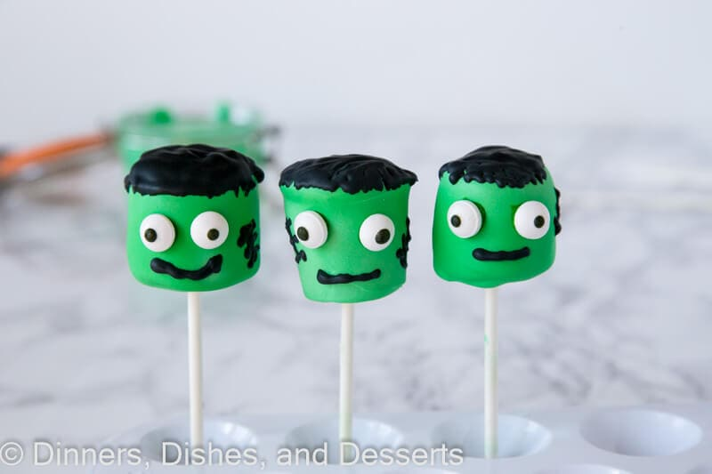 Frankenstein Marshmallow Pops - an easy and fun treat to make this Halloween. Super cute and the kids will love them!
