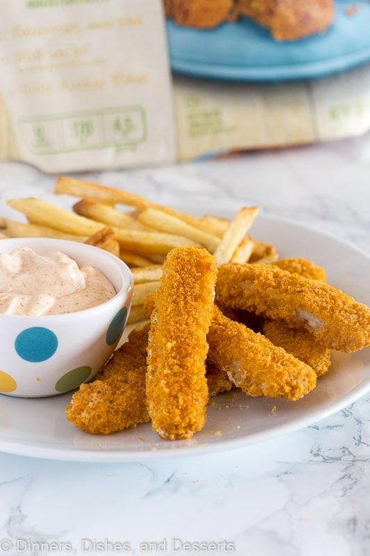 Spicy Cajun Dipping Sauce - this makes a great dip crunch fish sticks, topping for burgers, or even just a dip with chips. Perfectly creamy with a little kick!