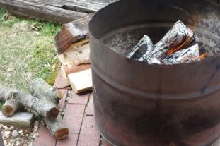 A wood fire is the foundation of a good paella