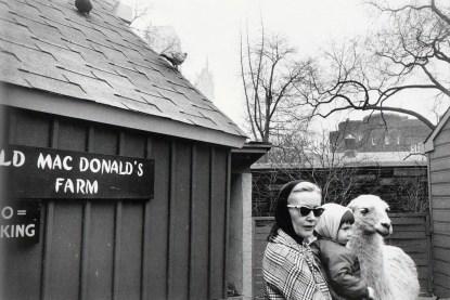 New York,1965 © Garry Winogrand . Sumber : Artsy.net