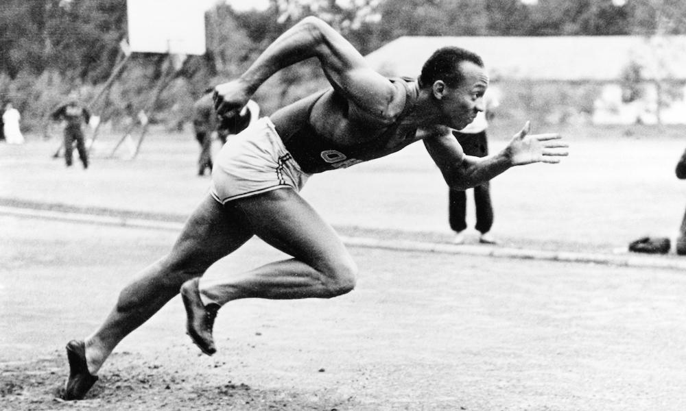 জেসি ওভেনস (জেমস ক্লিভল্যান্ড ওভেনস) ১৯3636 সালে বার্লিনে অলিম্পিক সামার গেমসে দৌড়ান: Image Source: Time.com / Getty Images