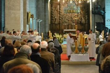 L'évêque et le presbyterium bénissent les Huiles Saintes.