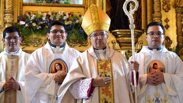 Sacerdotes y Obispo
