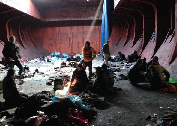 Οι 595 μετανάστες από το δουλεμπορικό πλοίο «Baris» αποβιβάστηκαν σταδιακά χθες στην Ιεράπετρα. Μεταξύ αυτών βρίσκονται 80-100 παιδιά και περίπου 100 γυναίκες. ΑΠΕ-ΜΠΕ/ ΓΡΑΦΕΙΟ ΤΥΠΟΥ ΥΠΟΥΡΓΕΙΟΥ ΥΓΕΙΑΣ