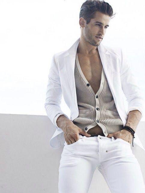 Cómo combinar un pantalón blanco de hombre