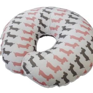 perspectiva almofada de amamentar branca com estampa de cachorrinhos cinza e rosa