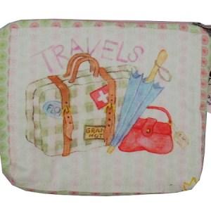 necessaire estampada com desenho aquarelado de malas e guarda chuva