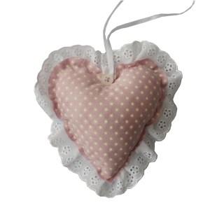 lembrancinha de pano em forma de coração estampado lilás com rendinha nas bordas