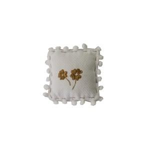lembrancinha de pano em forma de almofadinha com bordado de trevos dourados no centro