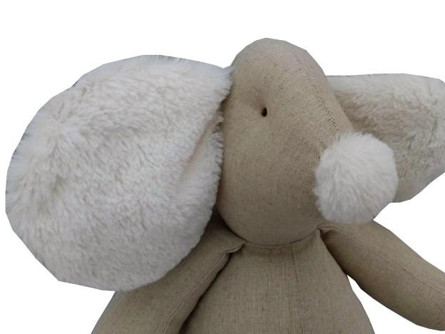 close ratinho de pano bege com detalhes em pelúcia branca