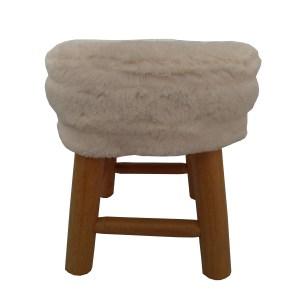 banquinho de madeira com assento de pelúcia branca