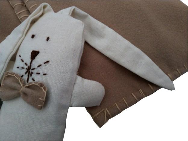 close de mini naninha com manta de lã