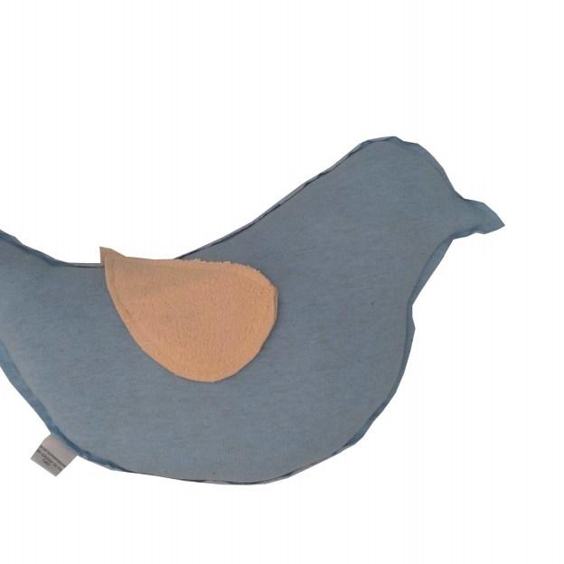 close almofada em formato de pássaro azul com asa bege