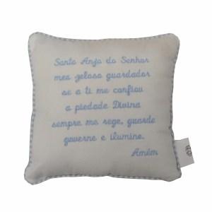 Perspectiva de mini almofada com oração do santo anjo do senhor bordada em azul