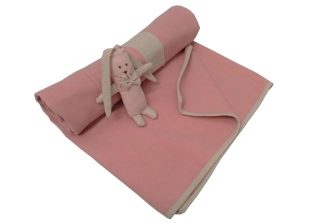 manta de lã rosa enrolada com mini naninha orelhuda
