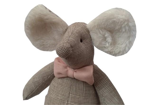 ratinho de pano xadrez bege príncipe de gales com gravata borboleta rosa