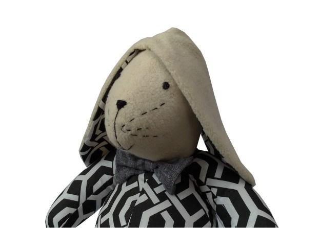 coelho de pano estampado preto e branco