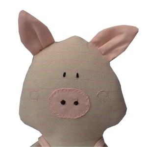 porquinho de pano estilizado com macacão