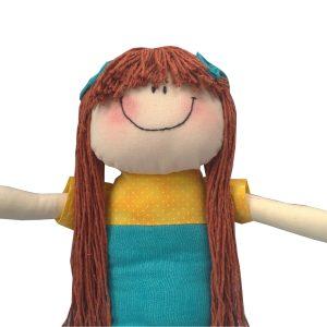 close de sereia de pano com cabelo de barbante ruivo, cala tiffany forte e top amarelo