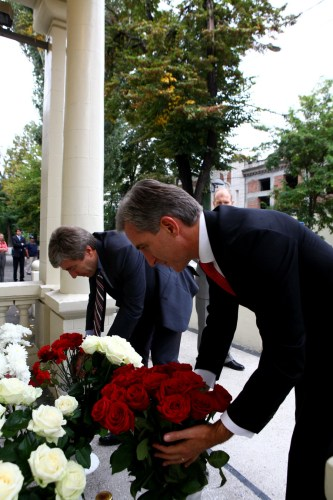 Prime Minister Iurie Leanca, accompanied by Deputy Prime Minister for Reintegration Eugen Carpov, today laid flowers at the Chisinau-based US embassy, in the memory of the victims of the 11 September 2001 terrorist attack in the USA.