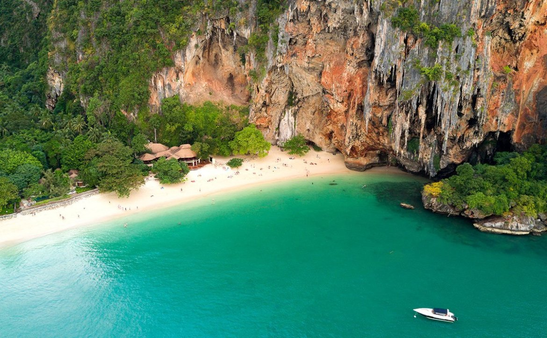 Vista aérea de Pra Nang y sus cuevas en Krabi