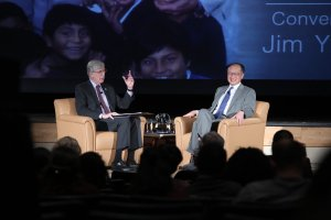 Francis Collins and Jim Yong Kim discuss shared research interests in healthcare delivery