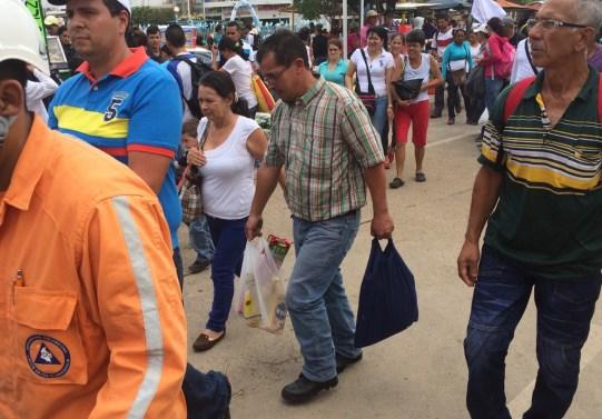 Hombre regresando a Venezuela con productos básicos como aceite y harina PAN, producto básico de la dieta venezolana. La Parada, Colombia. 17 de Julio de 2016