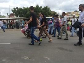 Venezolanos caminando hacia el Puente Internacional Simón Boívar. La Parada, Colombia. 17 de Julio de 2016