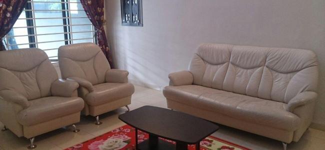 ruang tamu dilengkapi dengan televisyen  dan sofa yang selesa