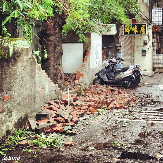 sebagian tembok kampus yang rusak karena typhoon