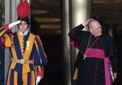 Guarda suíço saúda o Arcebispo de New York