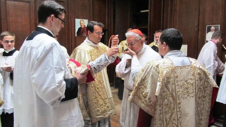 Cardeal Castrillón-Hoyos paramentação beijo cruz peitoral ordenações Instituo Bom Pastor
