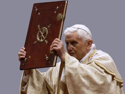 Bento XVI bênção Evangeliário casula fano pálio cravos Anel Pescador