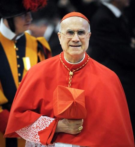 Cardeal Bertone veste coral barrete sorriso