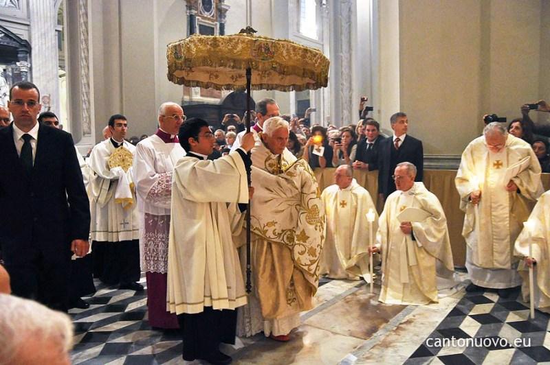 bento-xvi-trasladacao-santissimo-sacramento-casula-veu-umeral-umbela-missa-in-coena-domini-2010