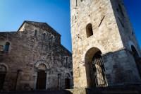 Anagni (FR), la cattedrale (esterno). Edificata tra il 1072 e il 1104 e intitolata a Santa Maria Annunziata, questa cattedrale si distingue per il contrasto netto di stili tra l'interno e l'esterno. La facciata è spoglia ed esprime semplicità e robustezza…