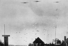 Duitse_parachutisten_landen_in_Nederland_op_10_mei_1940b