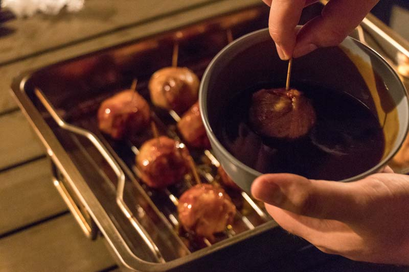"Moink-Balls ""Chili-Cheese"" in BBQ-Sauce tauchen"