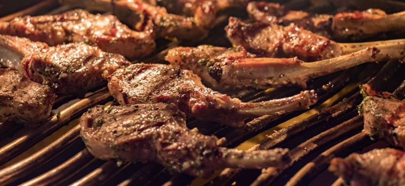 Lammkoteletts auf dem Grill