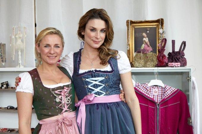 Claudelle Deckert mit Annette Sandt im Dirndl