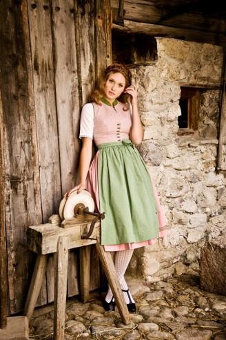 Rosa Dirndl mit hellgrüner Schürze - Julia Trentini Dirndl 2017