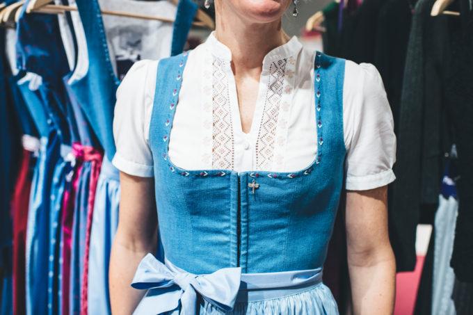 Leinendirndl im Salzburger Blau. fotocredit Reed Messe Salzburg GmbH / Marco Riebler