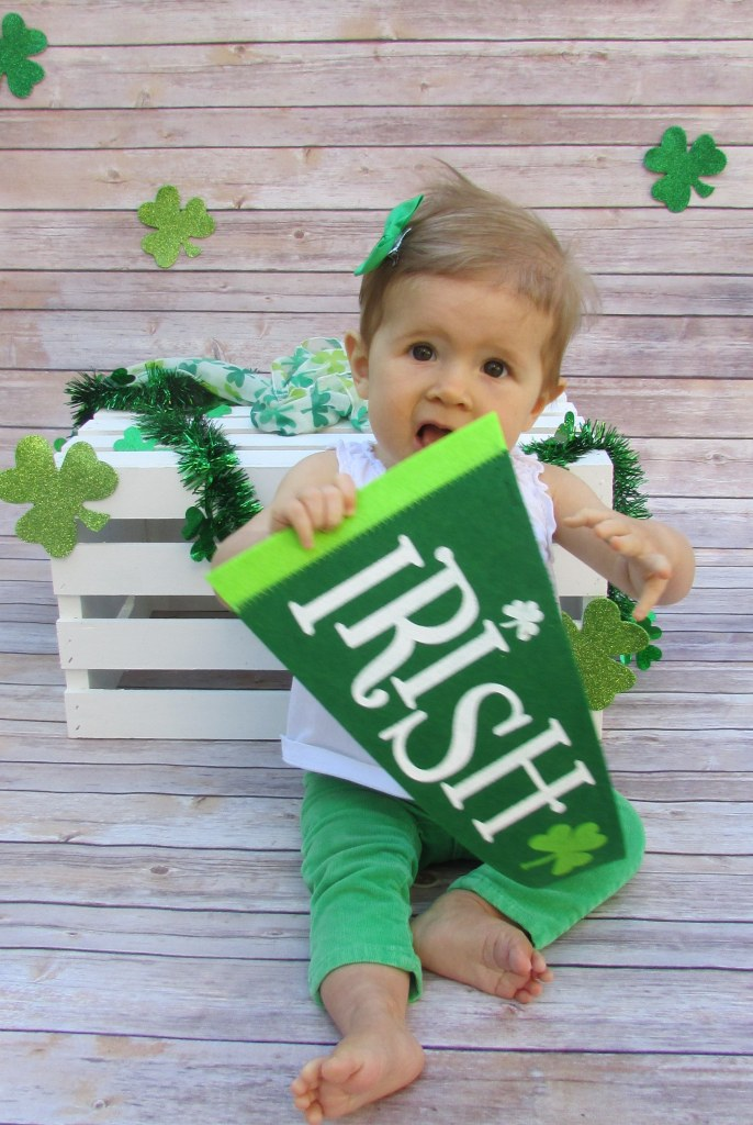 Cute photoboth idea, St. Patrick's Day pictures, St. Patrick's Day photobooth, baby, kids, DIY photobooth, St. Patty's Day, Green