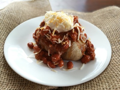 chili-topped baked potatoes, chili potato, easy dinner, cheap dinner, food ideas, dinner ideas, winner winner easy dinner, dirty dishes messy kisses